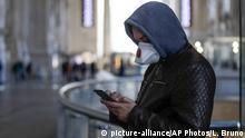 Italien Mailand FEBRUAR | Coronavirus | Mann mit Smartphone