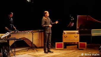 Zwei Musiker und ein Sänger auf der Bühne, Pressebild Johannespassion 2019