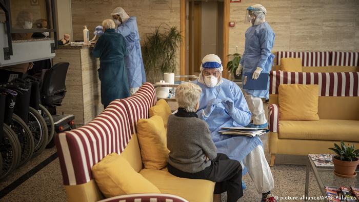 Spanien Altenpflege Coronavirus Test (picture-alliance/AP/S. Palacios)