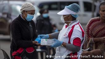 Südafrika Coronavirus Handschuhausgabe (picture-alliance/AP Photo/T. Hadebe)