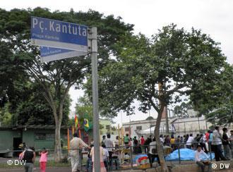 Imigrantes bolivianos encontram-se regularmente na Praça Kantuta