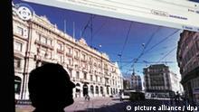 Eine Person steht am Dienstag (23.02.2010) in Berlin vor einer Leinwand, auf der ein Züricher Sraßenzug auf einer Google-Internetseite zusehen ist. Das Unternehmen Google Germany hat das umstrittene Produkt Google Street View, bei dem Straßen und für das Internet fotografiert wurden, vorgestellt. Kritiker, auch in der Bundesregierung, sehen in den Aufnahmen eine Verletzung der Privatsphäre. Foto: Rainer Jensen dpa/lbn +++(c) dpa - Bildfunk+++