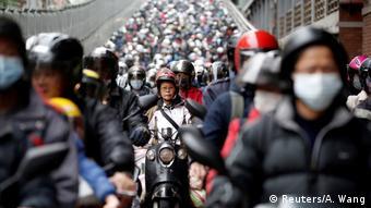 Foto de personas en motocicleta con mascarillas