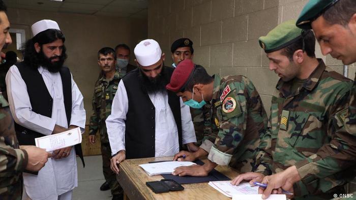 Foto de ex prisioneros talibanes siendo liberados de cárcel afgana
