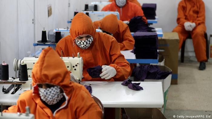 کارگاه ماسکدوزی در بیروت