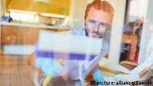 Mann als Fensterputzer reinigt Glas Fenster mit einem Fensterreiniger | Verwendung weltweit