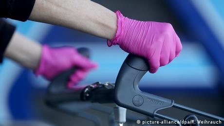 Deutschland Corona-Pandemie - Einkaufen mit Einmal-Handschuhen