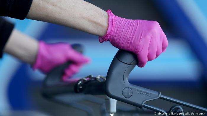Deutschland Corona-Pandemie - Einkaufen mit Einmal-Handschuhen (picture-alliance/dpa/R. Weihrauch)