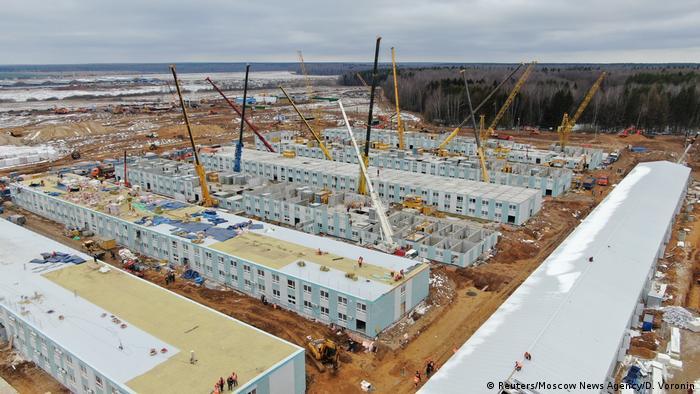 Строительство корпусов новой больницы для пациентов с коронавирусом в деревне Голохвастово в Троицком административном округе Москвы.