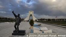 Iran | Coronavirus: Skulptur eines Mannes der ein Selfie macht