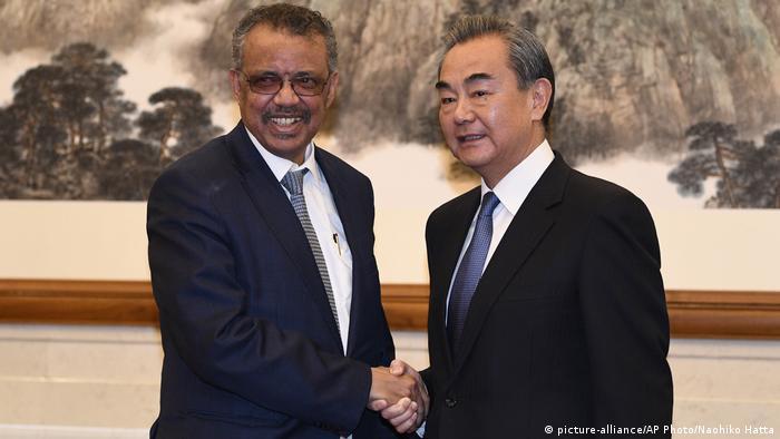 Tedros Adhanom, de la OMS, y Wang Yi, ministro de Exteriores de China.