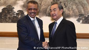 China Tedros Adhanom und Wang Yi (picture-alliance/AP Photo/Naohiko Hatta)