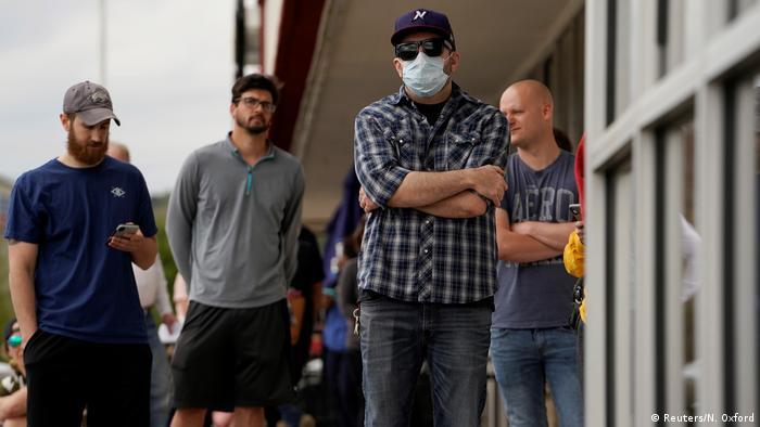 صورة رمزية لعاطلين عن العمل في الولايات المتحدة بسبب أزمة كورونا وهم يقفون أمام مكتب للعمل في ولاية أركنساس يوم 06.04.2020