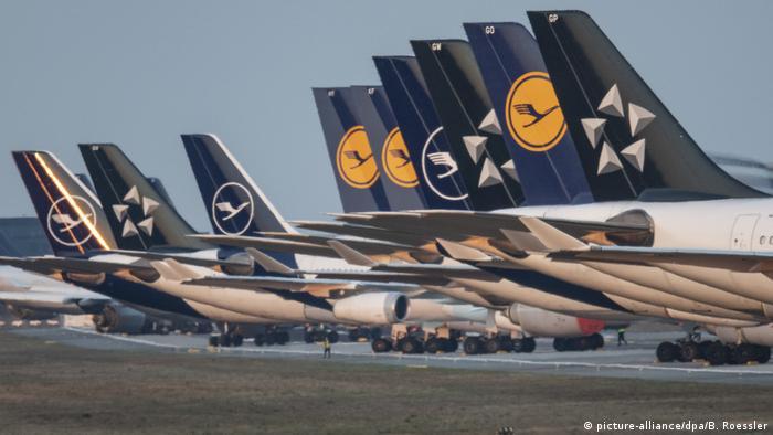Flota companiei aeriene Lufthansa la sol (picture-alliance/dpa/B. Roessler)
