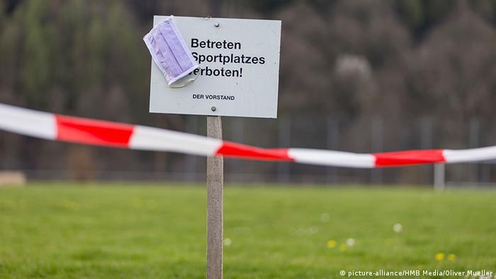 Deutschland | Coronavirus | Symbolbild Sperrung Sportplatz (picture-alliance/HMB Media/Oliver Mueller)