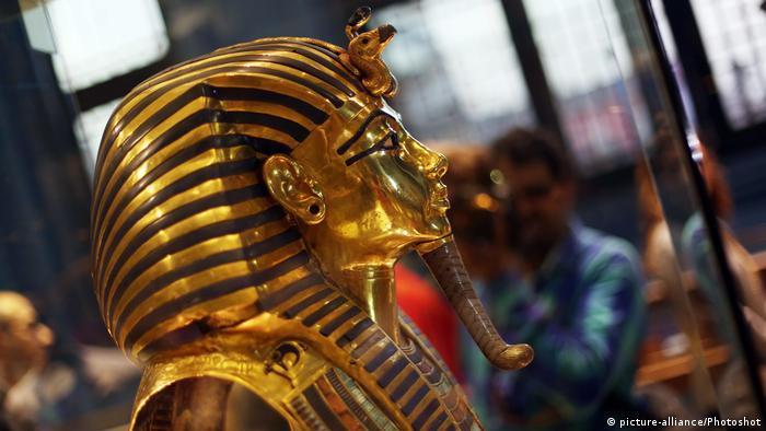 Обличчя потойбічного світу У кожної епохи також - свої ідеали краси. Золота маска Тутанхамона слугує прекрасним зразком давньоєгипетського ювелірного мистецтва. На відміну від посмертної маски з гіпсу, яка є зліпком з обличчя покійного і залишається у світі живих, похоронна маска зберігає обличчя покійного для його подорожі в світ потойбічний.