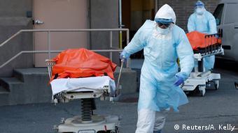 Санитары вывозят каталки с трупами из одной из нью-йоркских больниц