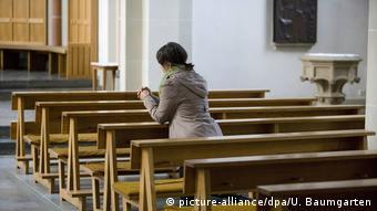 Foto de mujer en iglesia