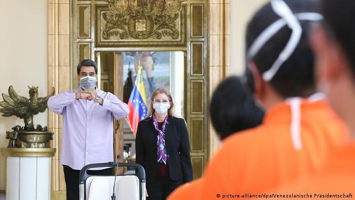 Con tapabocas, Nicolás Maduro da la bienvenida a Venezula a personal sanitario de China.