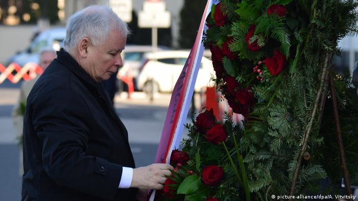 Голова правлячої партії Право і справедливість Ярослав Качинський вшанував пам'ять свого загиблого брата та інших жертв авіакатастрофи