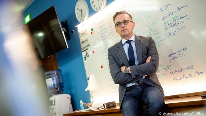Heiko Maas sits in front of a white board (picture-alliance/dpa/T. Köhler)