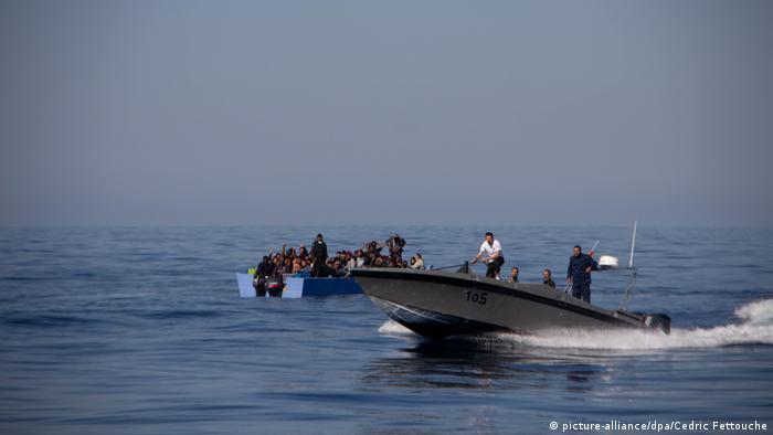 Libyen | Rettungsschiff Alan Kurdi» nimmt Migranten auf (picture-alliance/dpa/Cedric Fettouche)
