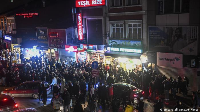 Натовп перед одним з магазинів у Стамбулі