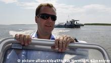 Dmitir Medwedew fährt Motorboot