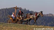 BdTD Polen Priester mit Kreuz unterwegs in einer Kutsche