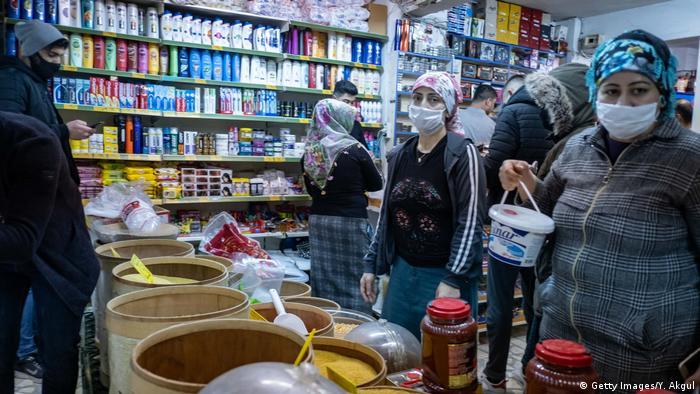 Gente con máscaras en un mercado turco.