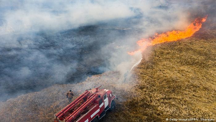 Рятувальники продовжують боротися з пожежею в Чорнобильській зоні (фото 10 квітня)