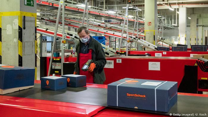 Deutschland Corona-Pandemie | Schutz am Arbeitsplatz (Getty Images/J.-U. Koch)