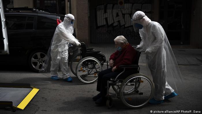 Spanien Corona-Pandemie Barcelona (picture-alliance/AP Photo/F. Dana)