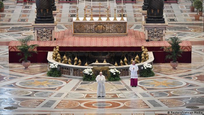 Vatikan | Papst Franziskus während Ostermesse im Petersdom (Reuters/Vatican Media)