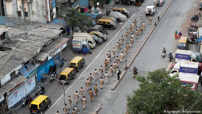 Indien | Coronavirus: Polizisten in Dharavi (Reuters/F. Mascarenhas)