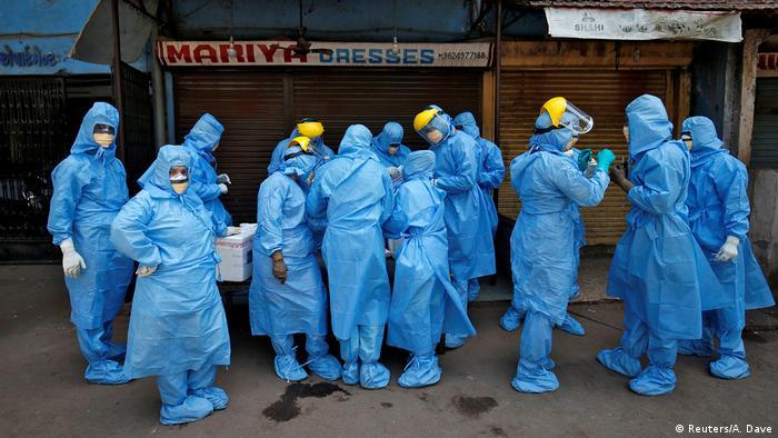 Indien | Coronavirus: Ärtzte mit Sicherheitsanzügen in Ahmedabad (Reuters/A. Dave)