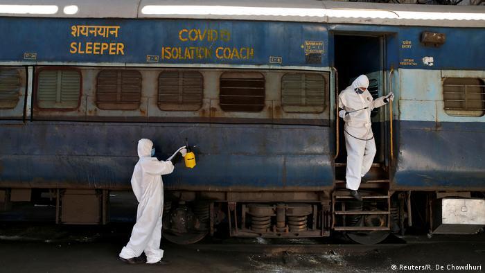 Indien Kalkutta | Coronavirus: Zug wird desinfiziert (Reuters/R. De Chowdhuri)