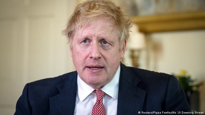 Boris Johnson (na zdjęciu tuż po wyjściu ze szpitala) i rząd notują coraz lepsze wyniki w sondażach
