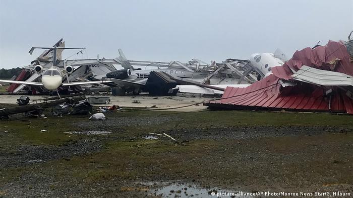 Zerstörte Jets am Flugplatz Monroe (picture-alliance/AP Photo/Monroe News Star/G. Hilburn)