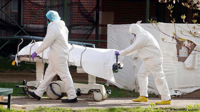 Coronavirus New York Kingsbrook Jewish Medical Center Toter wird transportiert