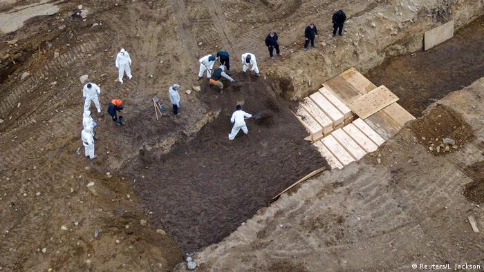 Trabalhadores abrem covas em massa nos Estados Unidos