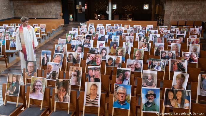 شرایط استثنایی برای آلمانیها؛ عکس اعضای کلیسایی در ایالت نیدرزاکسن به مناسبت عید پاک