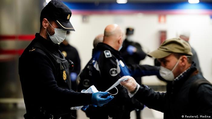 Madrid Spanien Menschen gehen wieder zur Arbeit Maßnahmen gelockert (Reuters/J. Medina)