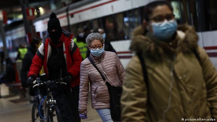 Spanien Menschen gehen zurück zur Arbeit
