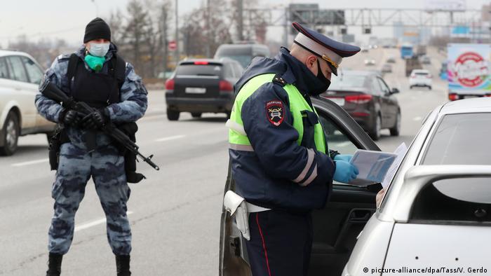 Coronavirus Russland Moskau Ausgangssperre Verkehrskontrolle (picture-alliance/dpa/Tass/V. Gerdo)