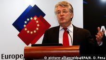 ARCHIV - 22.02.2016, China, Peking: Jörg Wuttke, Präsident der Europäischen Handelskammer in China, sprichtauf einer Pressekonferenz. (zu dpa Produktion in China läuft gut an - EU-Firmen besorgt über Nachfrage) Foto: Rolex Dela Pena/EPA/dpa +++ dpa-Bildfunk +++