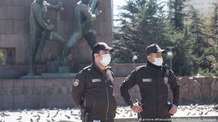الشرطة في أنقرة تراقب تطبيق حظر التجول الذي فرض لمنع تفشي فيروس كورونا