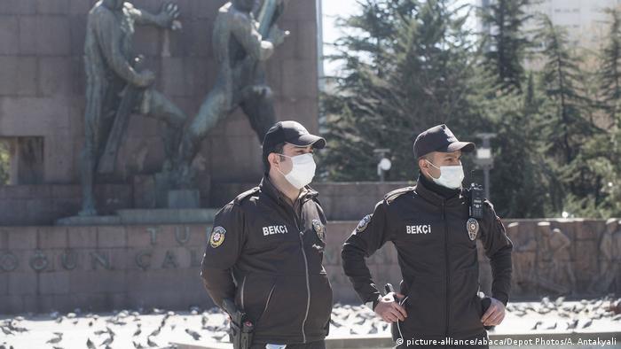 Türkei Ankara | Coronavirus & Ausgangssperre | Sicherheitsbeamte (picture-alliance/abaca/Depot Photos/A. Antakyali)