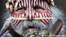 Major Sumner, an Australian Aborigine in traditional dress captured during a cleansing ritual at the University of Edinburgh, to mark the return of human remains to his homeland in Edinburgh, United Kingdom, 08 July 2008. An Aboriginal 'smoking ceremony' will today mark a decade-long campaign for the return of human remains from a Scottish collection. Four members of the Ngarrindjeri people from Australia will burn eucalyptus leaves in front of the McEwan Hall at Edinburgh University. Photo: David Cheskin/PA wire +++(c) dpa - Report+++