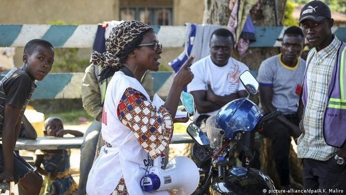 Coronavirus Kongo Katungo Methya, ehrenamtliche Mitarbeiterin des Roten Kreuz (picture-alliance/dpa/A.K. Maliro)